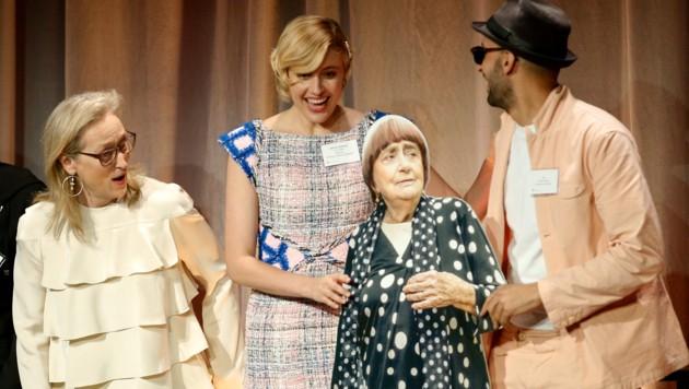 """Meryl Streep und Greta Gerwig lachen über den Pappaufsteller von Agnes Varda, den der Filmemacher JR zum """"Nominees Luncheon"""" mitgebracht hat."""
