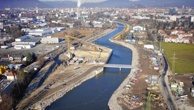 Das Murkraftwerk nimmt immer mehr Gestalt an, die Baustelle reicht bis ins Stadtzentrum (Bild: Energie Steiermark AG)