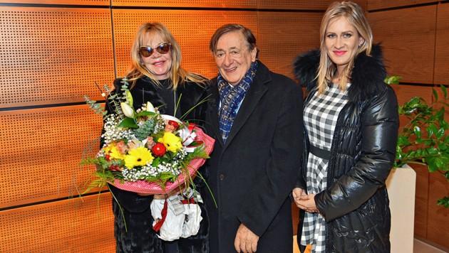Richard Lugner (im Bild mit seiner neuen Flamme Simone) ist seine größte Sorge los: Sein Stargast Melanie Griffith (links) ist in Wien-Schwechat gelandet. (Bild: Andreas Tischler/Vienna Press)