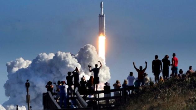 """Zuschauer jubeln beim Start der SpaceX-Rakete """"Falcon Heavy"""". (Bild: Orlando Sentinel)"""