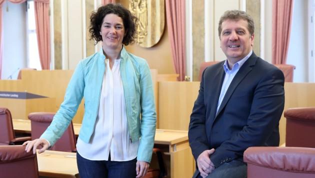 Grünen-Chefin Maria Buchmayr und SPÖ-Klubobmann Christian Makor im Sitzungssaaal des OÖ Landtags.