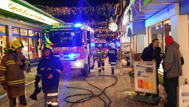 Die Feuerwehr war mit 180 Mann vor Ort. Die Pension liegt mitten im Zentrum von Hinterglemm. (Bild: FF Saalbach-Hinterglemm)