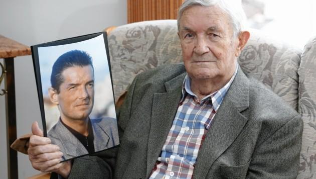 Alois Hölzel, Vater von Falco, mit einem Foto seines verstorbenen Sohnes (Bild: Reinhard Holl)