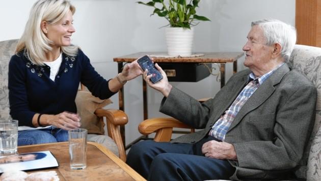 Wir reichen Alois Hölzel den Anruf von Niki Lauda weiter. (Bild: Reinhard Holl)