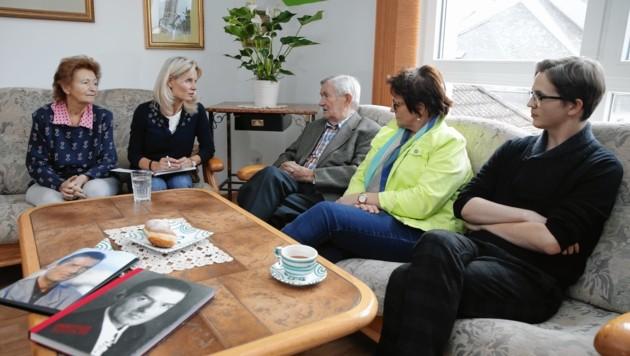 Frau und Herr Hölzel, Guggi, Falcos Neffe Uli (21) studiert Musik (von links) (Bild: Reinhard Holl)