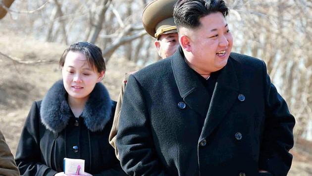 Kim Jong Un und seine Schwester Kim Yo Jong auf einer Aufnahme aus dem Jahr 2015 (Bild: AP)