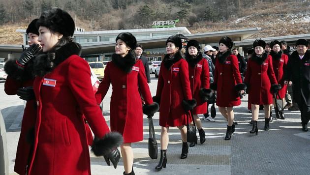 Mitglieder der nordkoreanischen Jubeltruppe beim Grenzübertritt (Bild: AP)