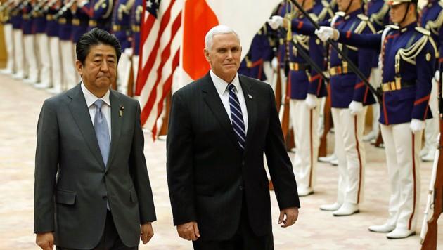 US-Vizepräsident Mike Pence und Japans Regierungschef Shinzo Abe warnen davor, der nordkoreanischen Olympia-Propaganda zu viel Glauben zu schenken. (Bild: AP)