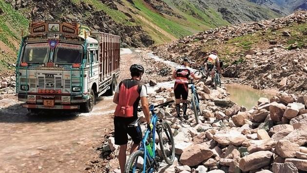 Mit dem Rad werden über 14 Tage der Himalaya - das höchste Gebirge der Welt - überquert.