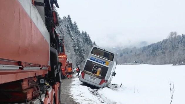 Der Stockbus kam rechts aufs Bankett und rutschte über die Böschung in den Schnee (Bild: Krone)