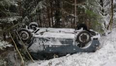 Nach dem Unfall in Lochen blieb das Auto auf dem Dach liegen. (Bild: © Manfred Fesl)