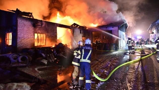 Das Gebäude war nicht mehr zu retten, zehn Feuerwehren löschten. (Bild: BFKDO Schärding)