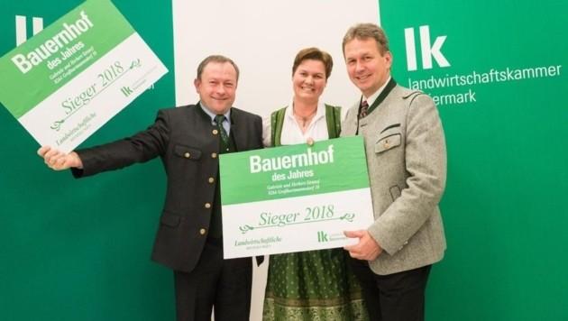 Herbert und Gabriele Stranzl mit Landwirtschaftskammer-Direktor Franz Titschenbacher (v. li.) (Bild: LK/Danner)