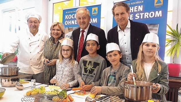 Die jungen Sicherheitsbotschafter mit Bürgermeisterin Maria-Luise Mathiaschitz, Rudi Schober und Rudi Altersberger. (Bild: Leitner Tom/Kronenzeitung)