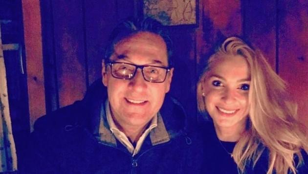 Bevor Heinz-Christian Strache mit Ehefrau Philippa auf einer Tiroler Hütte den Opernball im Fernsehen verfolgte, startete er via Facebook eine neue Aktion gegen die Burka. (Bild: FPÖ)