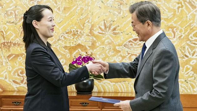 Kim Yo Jong übergibt Südkoreas Präsident Moon Jae In einen Brief ihres Bruders. (Bild: AP)