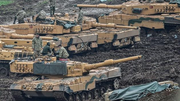 Türkische Leopard-Panzer an der syrischen Grenze