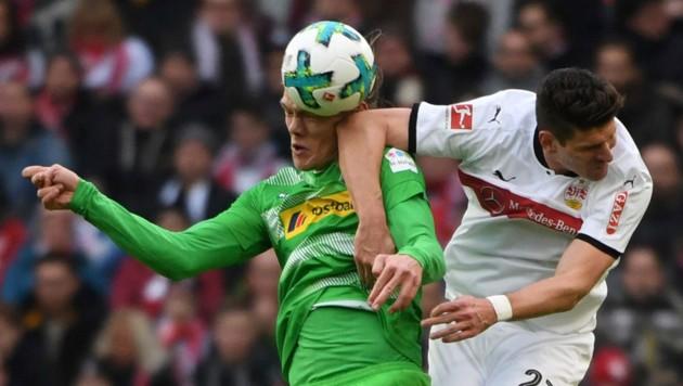 Mario Gomez gegen Jannik Vestergaard (Bild: AP)