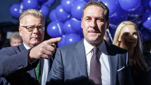 Heinz-Christian Strache mit seinem Sprecher Martin Glier (links) und seiner Frau Philippa auf dem Weg zu einem TV-Duell während des Wahlkampfs im Vorjahr (Bild: APA/GEORG HOCHMUTH)
