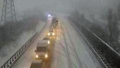 Bei winterlichen Straßenverhältnissen kam der Pkw ins Rutschen. (Bild: Screenshot Asfinag Webcam)