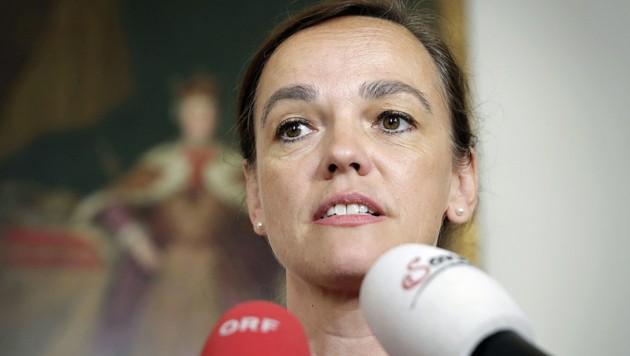 Ex-Bildungsministerin Sonja Hammerschmid sorgt sich vor allem um sozial schwache Familien. Diese wären ihrer Ansicht nach vorwiegend von Geldstrafen betroffen. (Bild: APA/BKA/ANDY WENZEL)