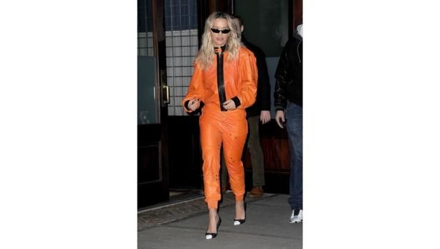 Rita Ora von Kopf bis Fuß in Orange