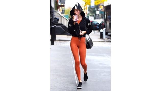 Devon Windsor fällt das Training im orangefarbenen Sportoutfit gleich um einiges leichter.