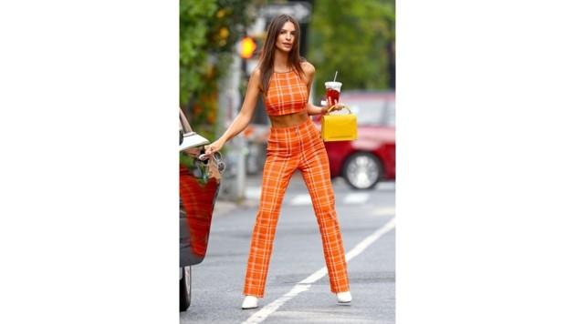 Immer eine Augenweide, auch in diesem orangen Outfit: Emily Ratajkowski.