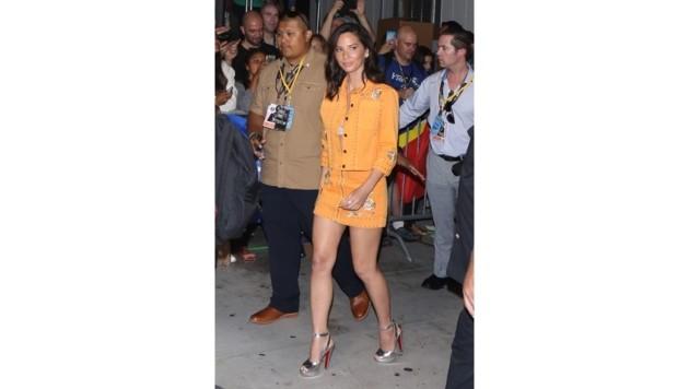Olivia Munn zeigt mit diesem orangefarbenen Outfit Stilgefühl.