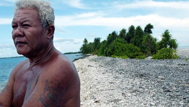 Ein Fischer an der Küste des Funafuti-Atolls