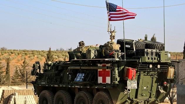 Ein gepanzertes Sanitätsfahrzeug der US-Armee in der Nähe der Stadt Manbidsch (Bild: AFP)