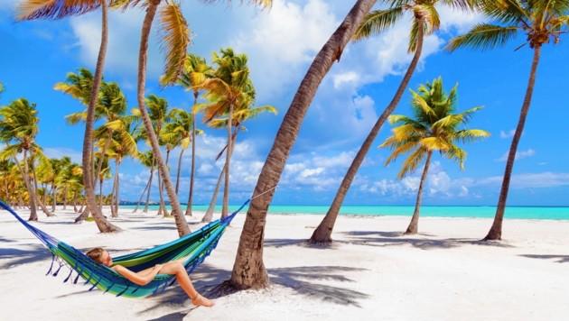 Ob in die Dominikanische Republik oder auf die Malediven - die Betrogenen mussten zu Hause bleiben oder nachbuchen. (Bild: mauritius images / Westend61 / hsimages)