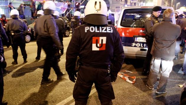 Polizeieinsatz bei einer Demonstration in Wien (Bild: APA/GEORG HOCHMUTH)