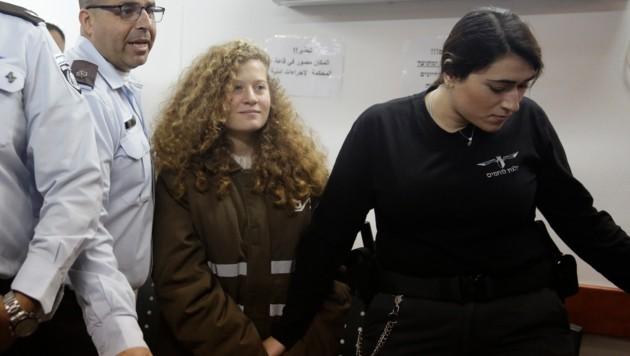 Tamimi in einer Häftlingsjacke, an Händen und Füßen gefesselt im Gerichtssaal