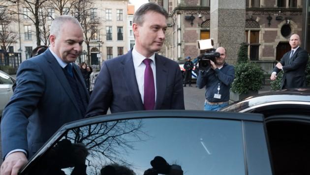Halbe Zijlstra (Bildmitte) verlässt das niederländische Parlament.