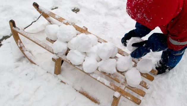 Der Elfjährige (Symbolbild) hatte mehrere Schneebälle auf vorbeifahrende Autos geworfen (Bild: dpa/Marc Tirl)