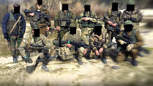 Mitglieder der russischen Sicherheitsfirma Wagner, die offiziell gar nicht existieren (Bild: Fontanka/east2west news, krone.at-Grafik)