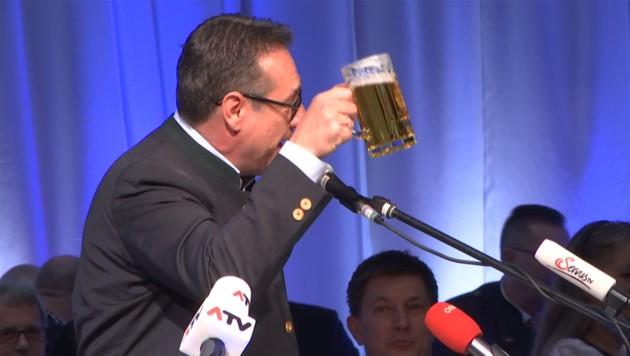 Heinz-Christian Strache gratuliert Manfred Haimbuchner zu seinem Sohn Otto.