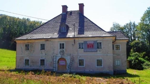 Das verfallene Jagdschloss auf Gut Guggenthal. Die Vorbereitung für die Sanierung läuft. Das Wappen ist hier noch vorhanden. (Bild: GNU Free Documentation License)
