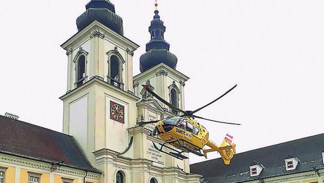 Spektakuläre Landung im Stiftshof Kremsmünster (Bild: Krone)