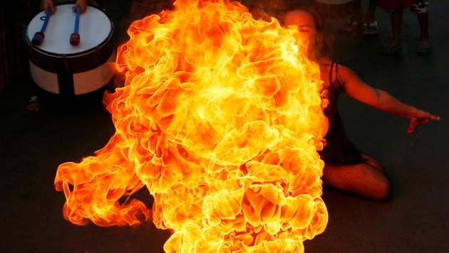 Ein Feuerschlucker bei den Neujahrs-Feierlichkeiten auf den Philippinen