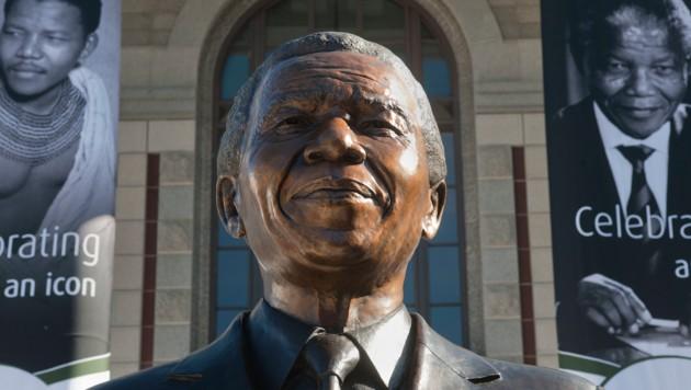 Eine Büste des verstorbenen Nationalhelden Südafrikas, Nelson Mandela (Bild: AFP/RODGER BOSCH)