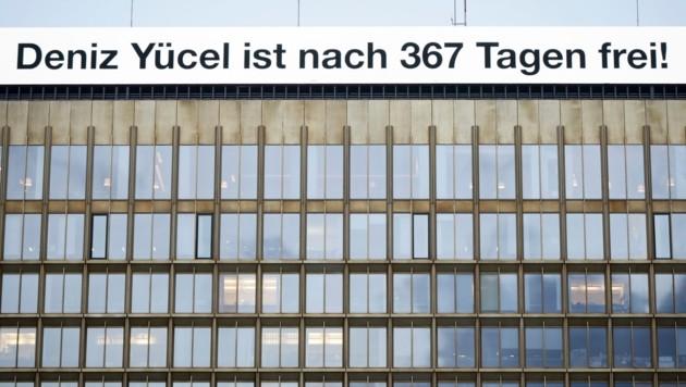 """Die Zeitung """"Die Welt"""" veröffentlichte dieses Plakat auf ihrem Redaktionsgebäude in Berlin. (Bild: AP)"""