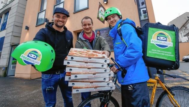 """Die """"Food Ninjas""""-Gründer Felix Winter und Michael Damisch mit Auslieferer Matthias."""