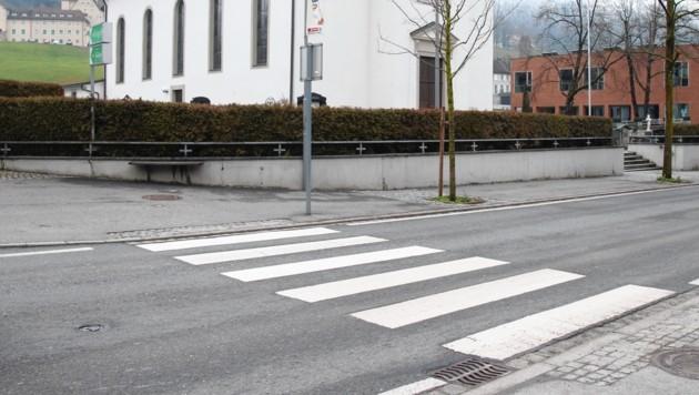 Auf diesem Schutzweg in Lochau geschah das Drama: Der 16-Jährige auf Spritztour erfasste das Mädchen (14). (Bild: Maurice Shourot)