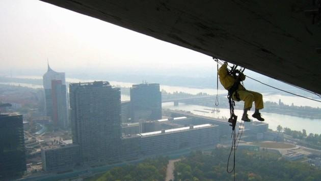 Neben Tätigkeiten in luftigen Höhen führen Industriekletterer auch Arbeiten in Schächten aus.