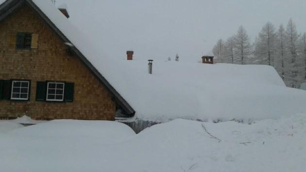 Der hintere Teil der Hütte wurde in Mitleidenschaft gezogen. Hier türmen sich 3,5 Meter hoch Schnee (Bild: Walluschnig)
