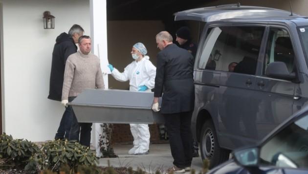 Die Leiche von Eleonore S. (63) wird zur Gerichtsmedizin nach Salzburg abtransportiert. (Bild: Daniel Scharinger)