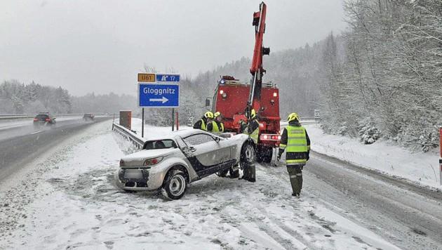 Bei Gloggnitz geriet ein Autofahrer auf der Schneefahrbahn ins Schleudern.
