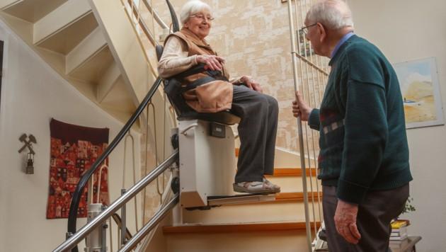 Treppenlifte sind eine große Hilfe, wenn man nicht mehr Stiegen steigen kann (Symbolbild). (Bild: stock.adobe.com)